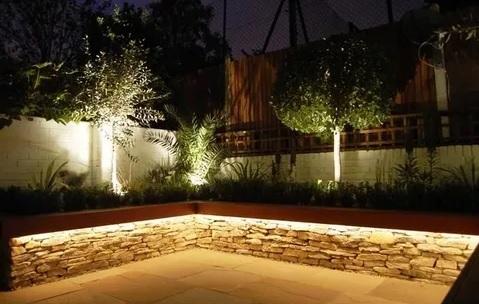 iluminación tiras led 220v en jardin.